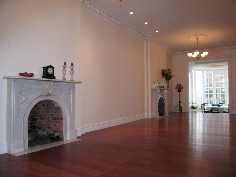 PYRAMIDDG.COM Traditional Living Room design