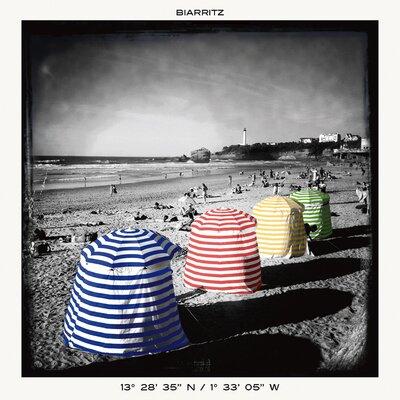 """DEInternationalGraphics """"Biarritz Playa"""" von Anne Valverde, Fotodruck"""
