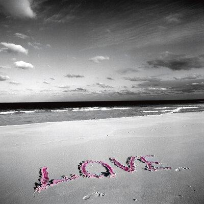 """DEInternationalGraphics """"Love on Pink Sand"""" von Anne Valverde, Fototdruck"""