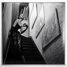 Gerahmtes Fotodruck Schauspielerin im Abendkleid auf der Treppe